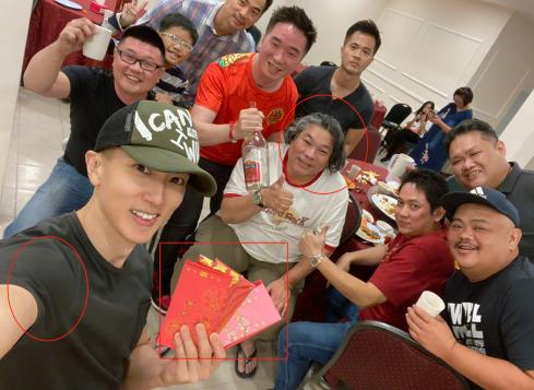 41歲吳尊曬與同學聚會照,手拿大疊紅包太豪氣