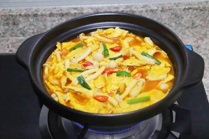 最近很火的腐竹新做法,腐竹里打入2個雞蛋出鍋一刻鮮香美味