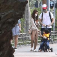 鄭嘉穎夫婦帶大兒子遊玩散步兒子,趴在池邊玩水陳凱琳緊張地扶著