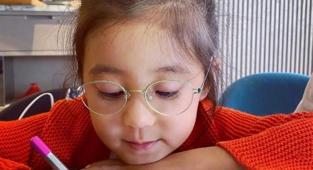 賈靜雯曬女兒近照咘咘變化大,弱視戴眼鏡依然超萌超可愛