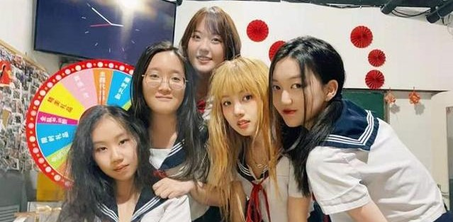 李嫣開派對慶15歲生日,穿吊帶化濃妝顏值逆襲