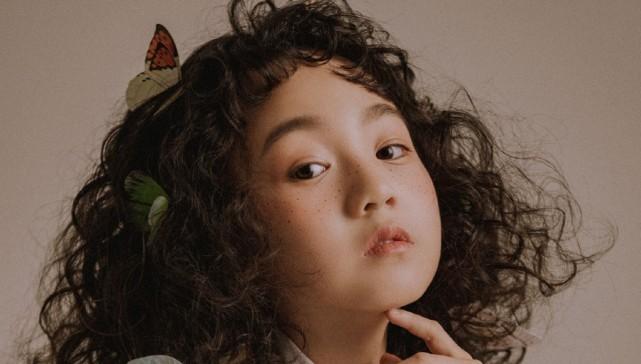 小山竹最新寫真一改俏皮可愛模樣,燙了頭髮換了新妝容太驚艷