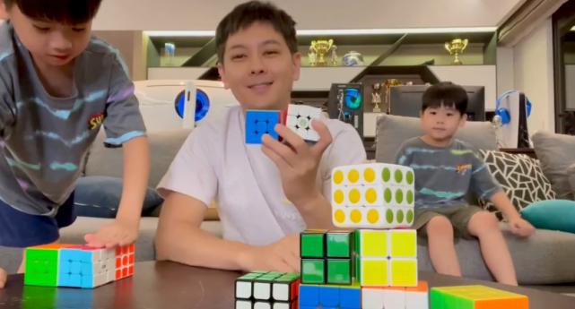 林志穎和兒子比賽玩魔方,耍賴偷拿kimi拼好的,被小兒子吐槽太弱