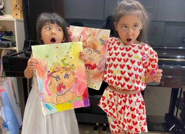 可爱到犯规!贾静雯晒俩女儿自画像,咘咘波妞抽象画功被妈妈调侃