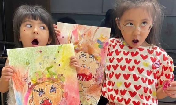 贾静雯两女儿画作画风诡异人物张牙舞爪,堪比毕加索