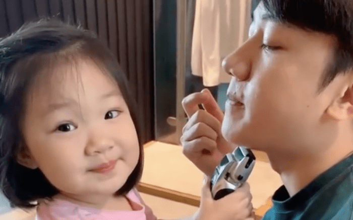 王祖蓝晒女儿帮剃胡须,Gabby却分心对镜摆拍,古灵精怪像爸爸