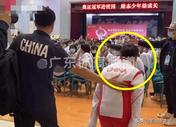 全红婵真有教养进入会场后,有谁注意她这个举动,何教练教的好