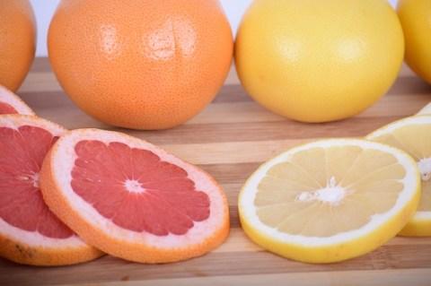 Белые и красные грейпфруты