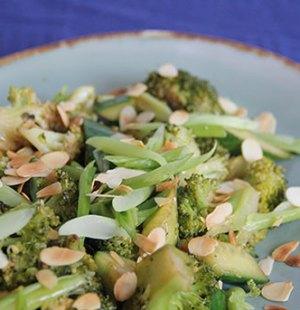 Broccoli met bosui komkommer amandelschaafsel