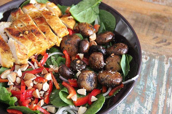 Spinazie maaltijdsalade met kip, champignons en dadels