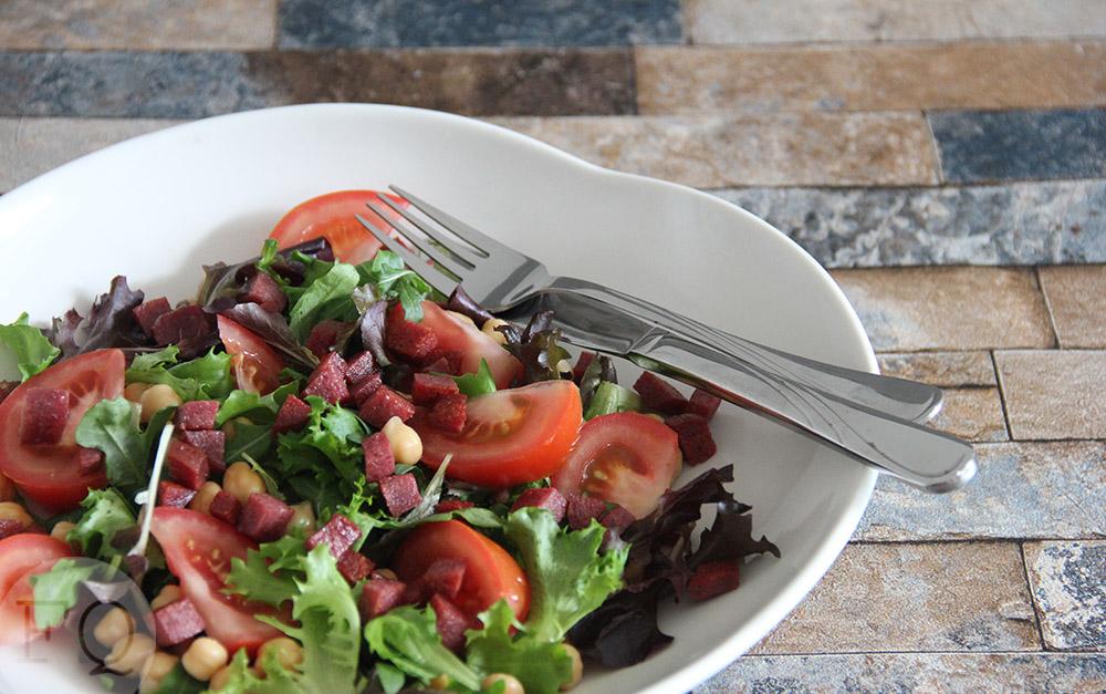 Salade met salami en kikkererwten