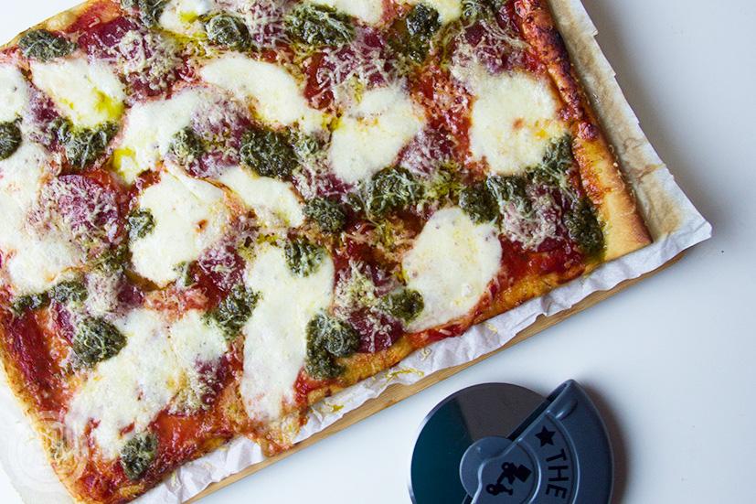 Speltpizza met salami, pesto en mozzarella