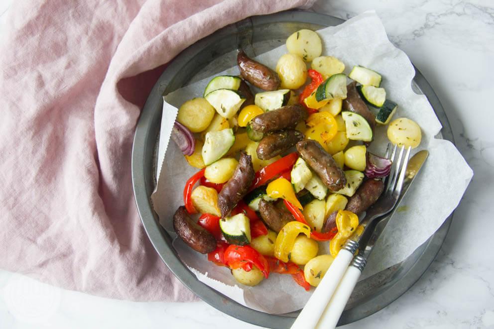 Groenten, krieltjes en worst uit de oven