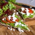 Knackebrod met spinaziehummus