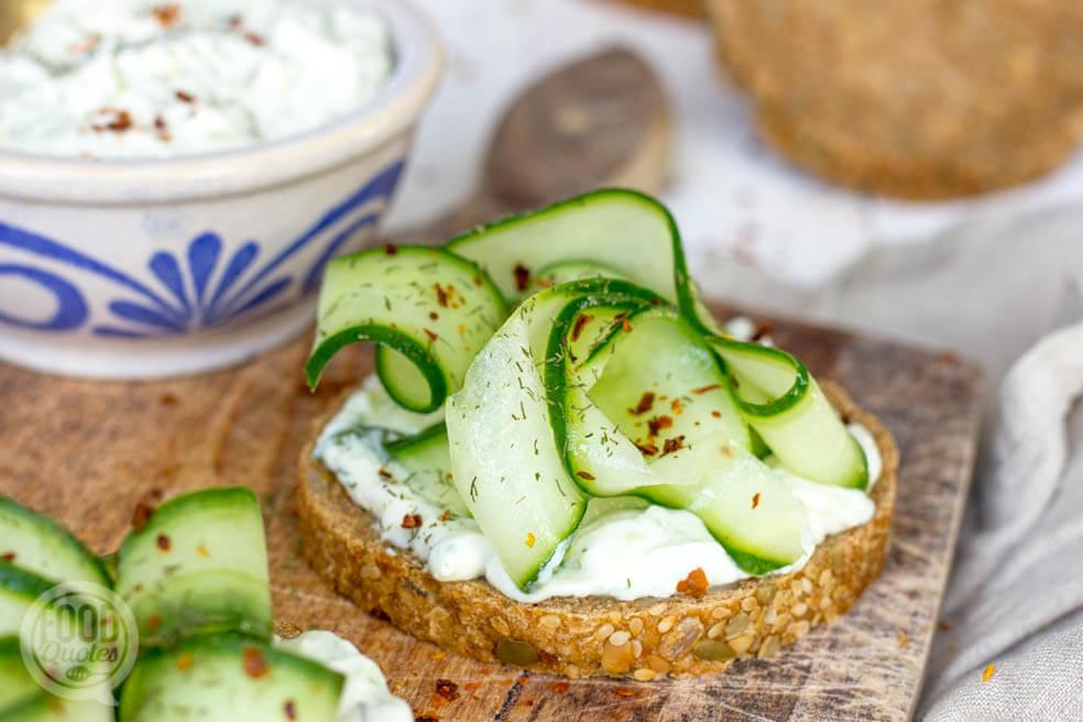 Toast met kwarkspread en gemarineerde komkommer