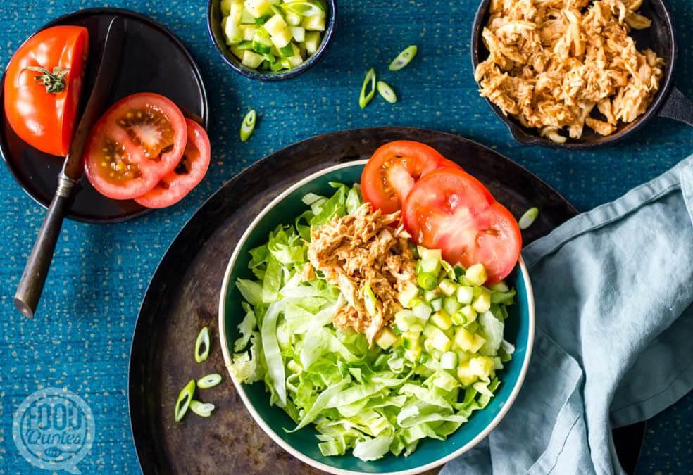 Salade met BBQ pulled chicken en ananassalsa