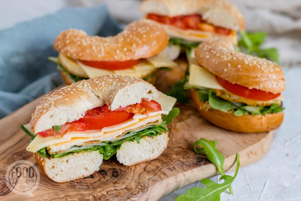 Bagel gezond; met oude kaas, ei en rauwkost