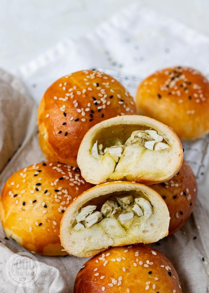 Zachte broodjes met kip-pesto vulling