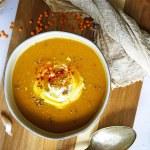 Linzen-wortelsoep met pittige kokosyoghurt en dukkah