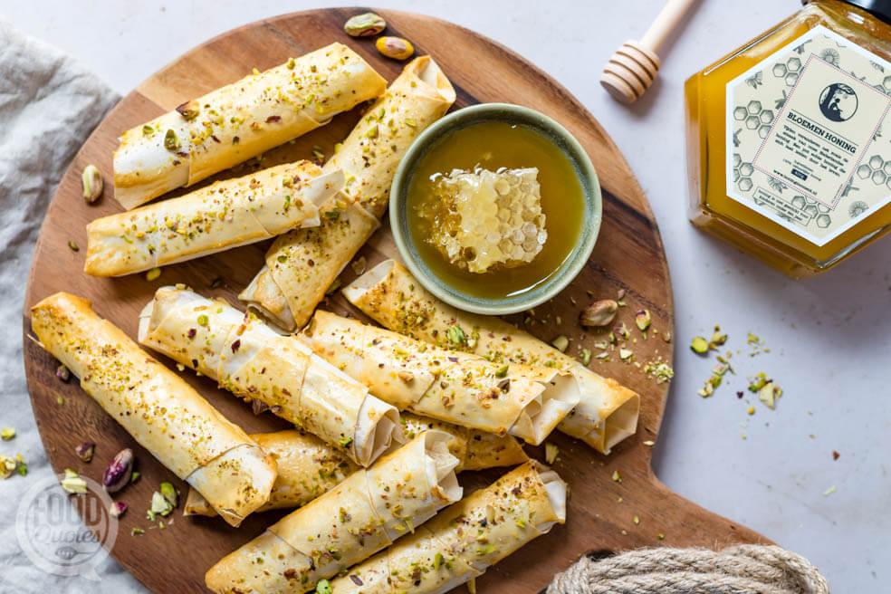 Geitenkaasrolletjes met honing en pistache