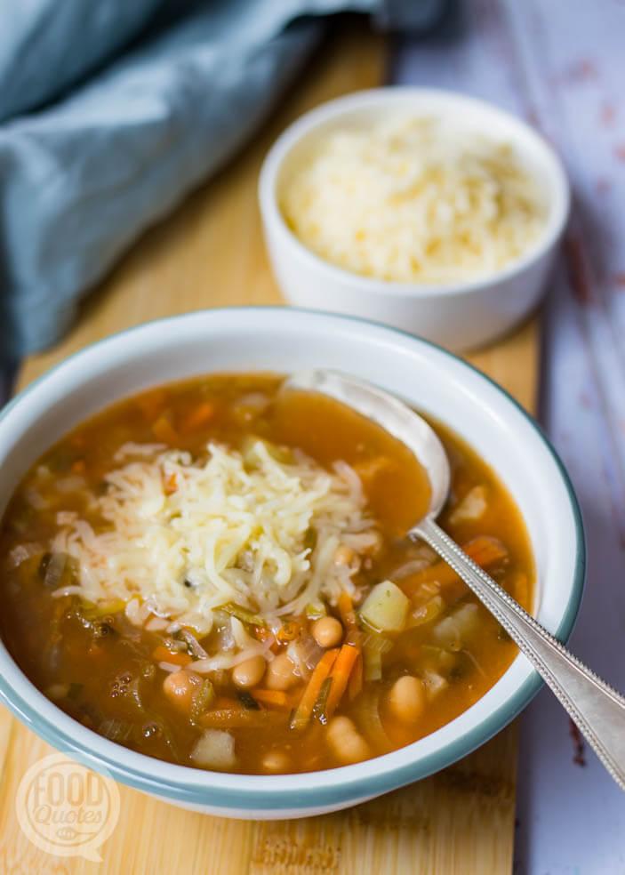 Soep met witte bonen in tomatensaus