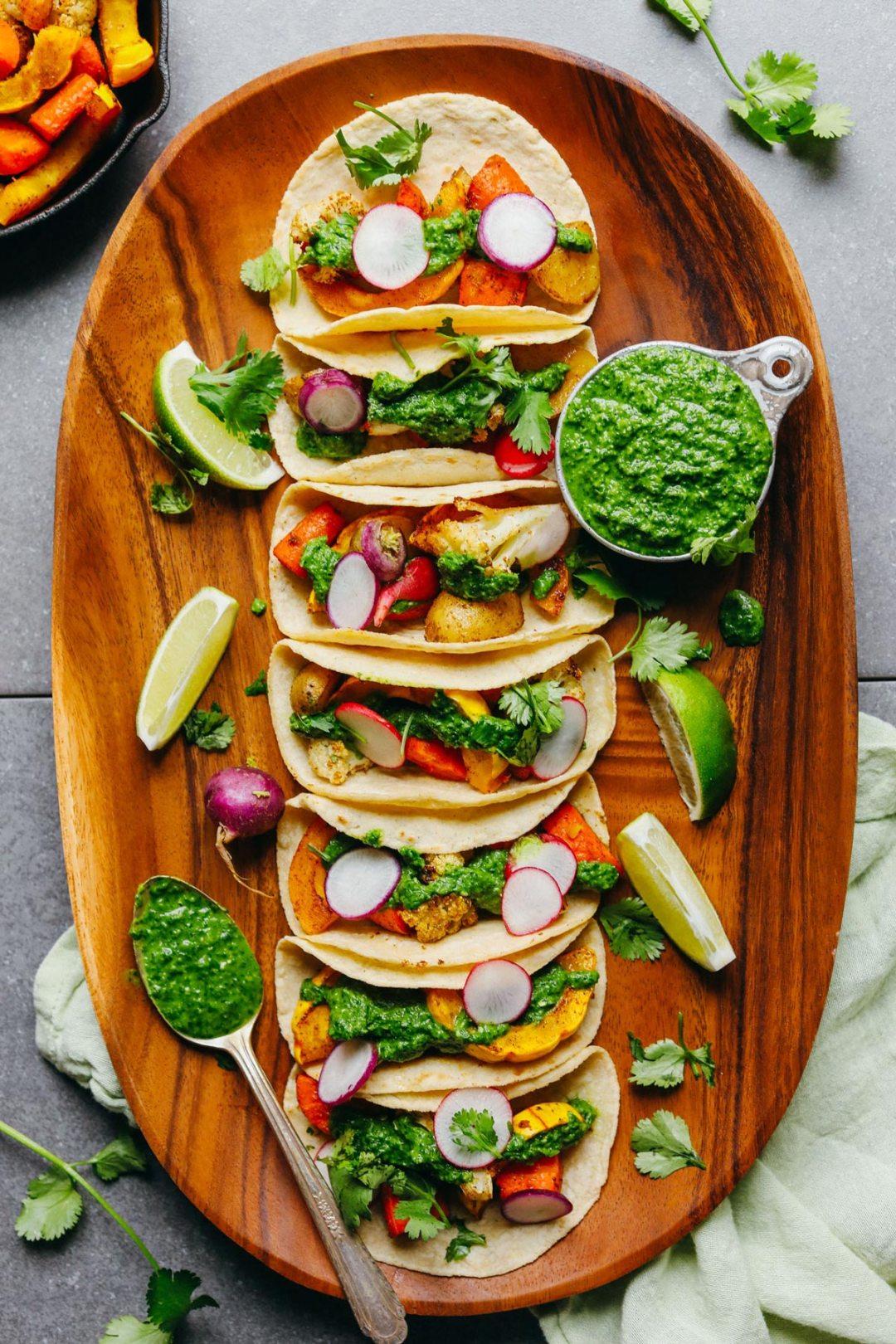 烤蔬菜與chimichurri在木板上