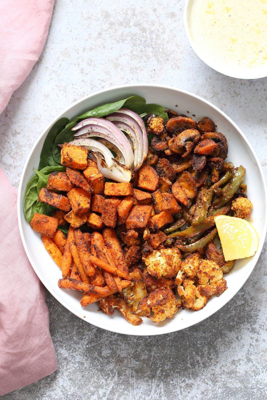 素食主義者Cajun五香大蒜醬烤的蔬菜碗
