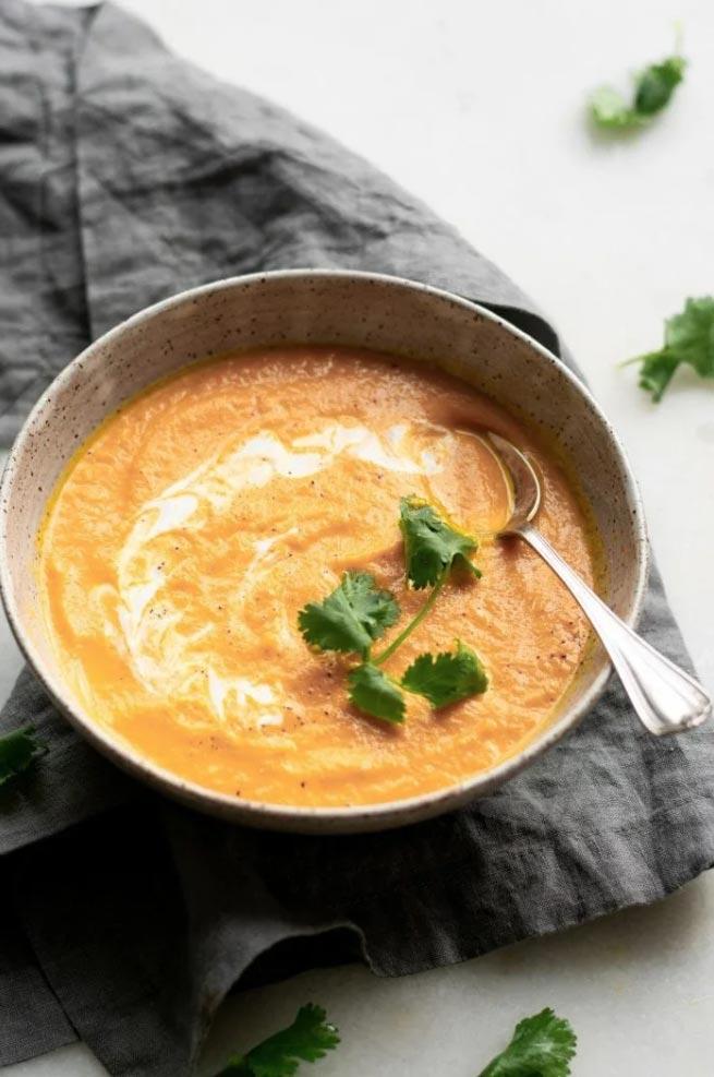 碗裡的椰子薑胡蘿蔔湯