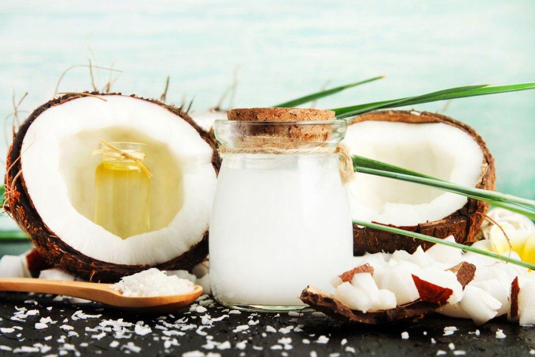 椰子牛奶玻璃罐屑和椰子一半