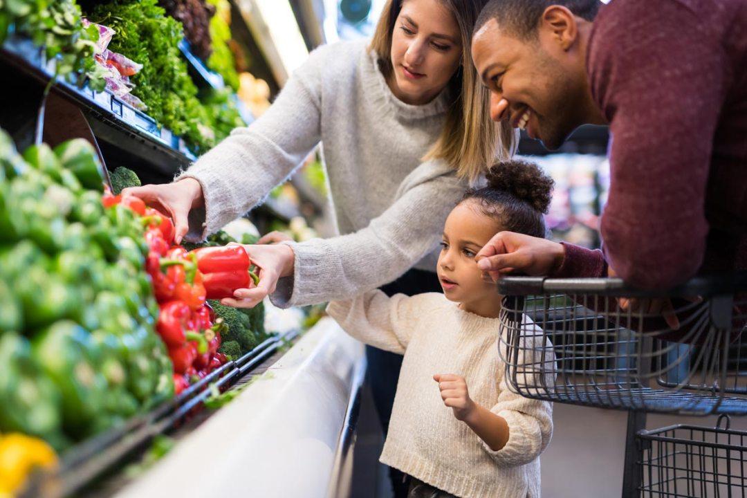 父母和女兒一起購物