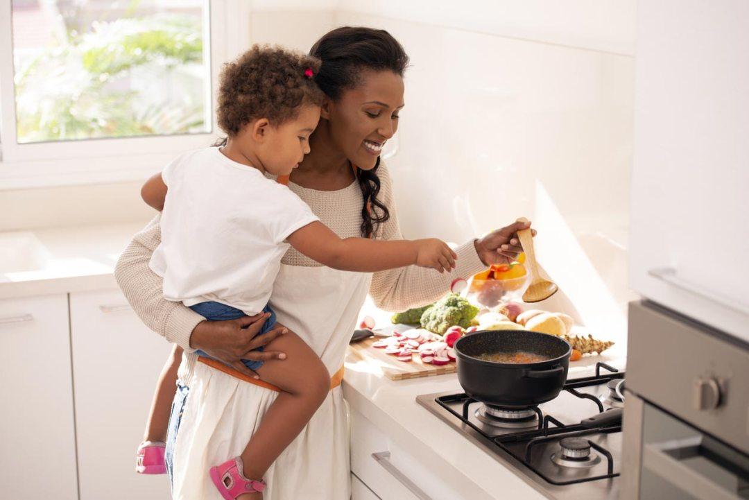 母親和女兒做飯湯