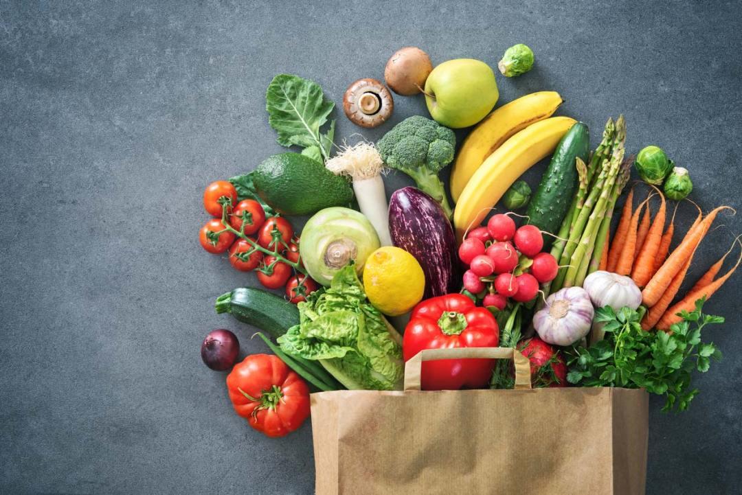裝滿新鮮農產品的購物袋