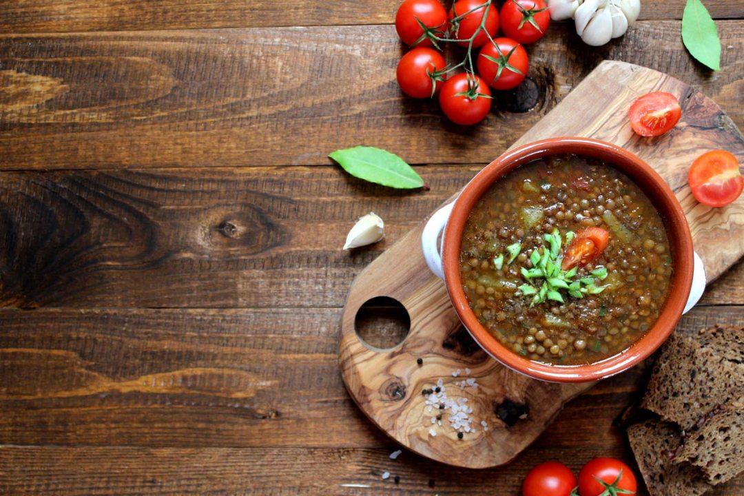桌上的小扁豆湯