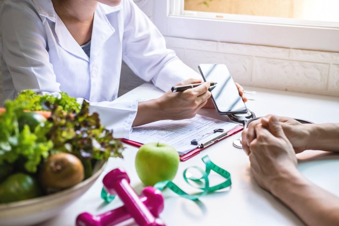 營養師為患者提供健康的水果和蔬菜諮詢,