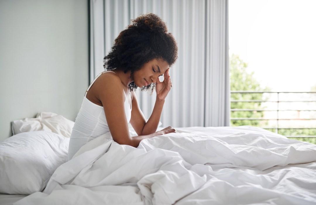 女人在床上用手向頭