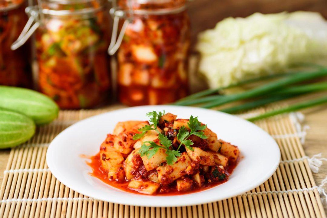 泡菜韓國料理在盤子上