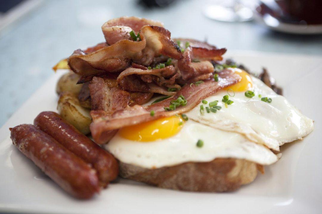 雞蛋,火腿,培根烤麵包上的特寫