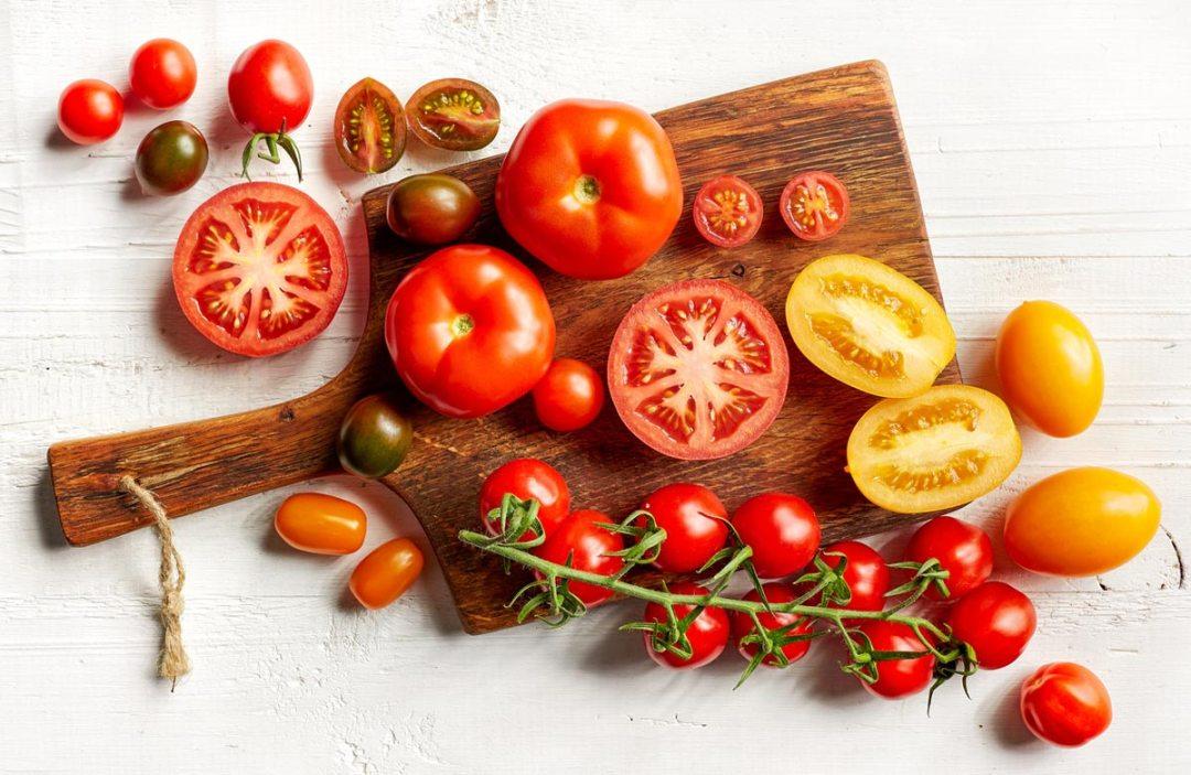 在砧板上切西紅柿