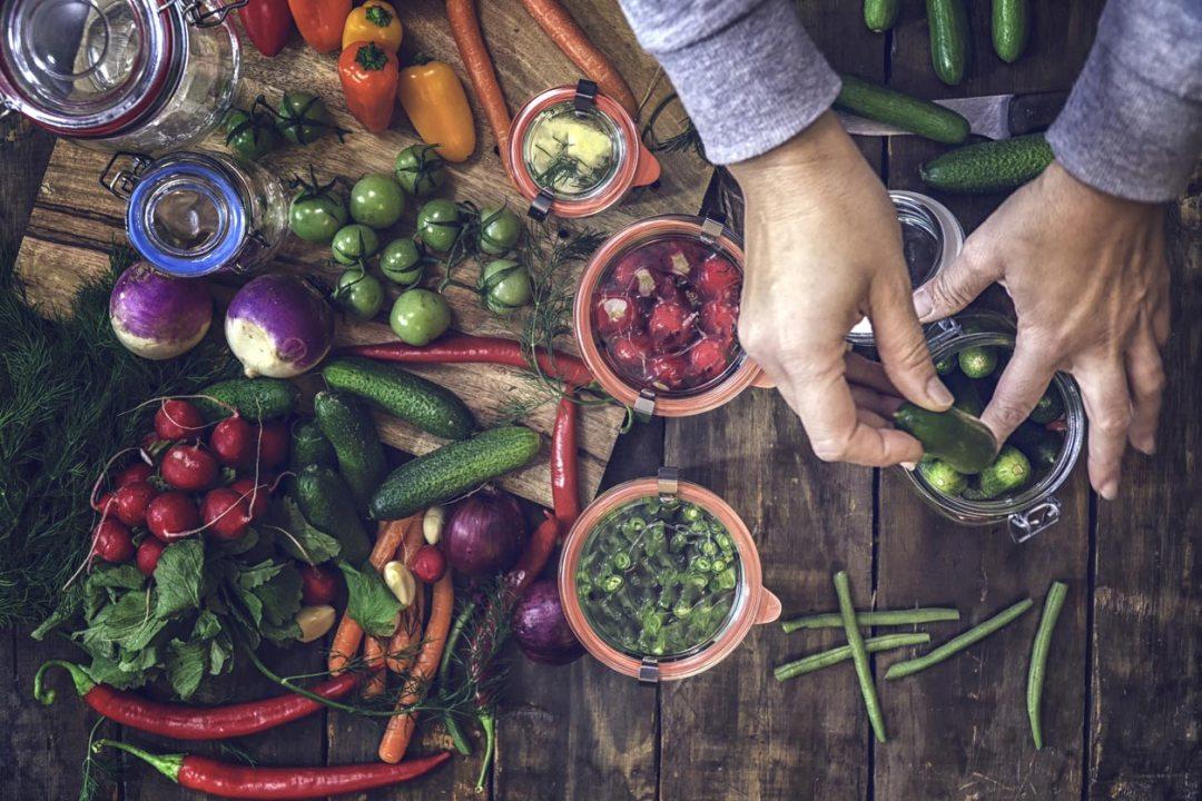 在罐子裡醃製蔬菜
