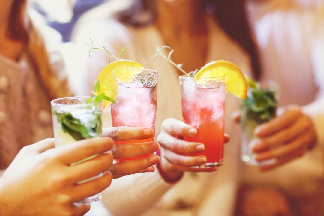 手裡捧著健康的無酒精雞尾酒