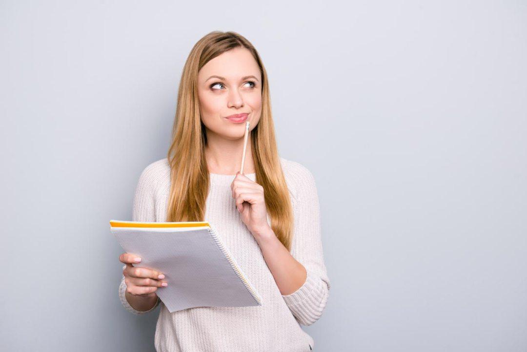 女人握筆和記事本