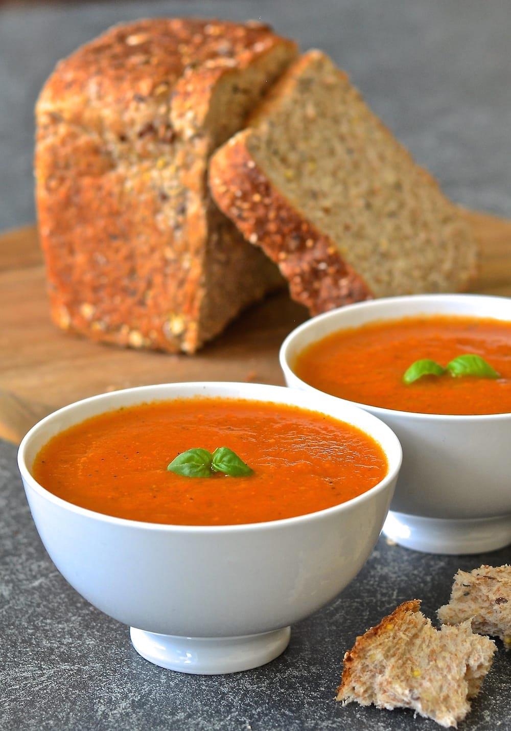 碗裡的番茄羅勒湯