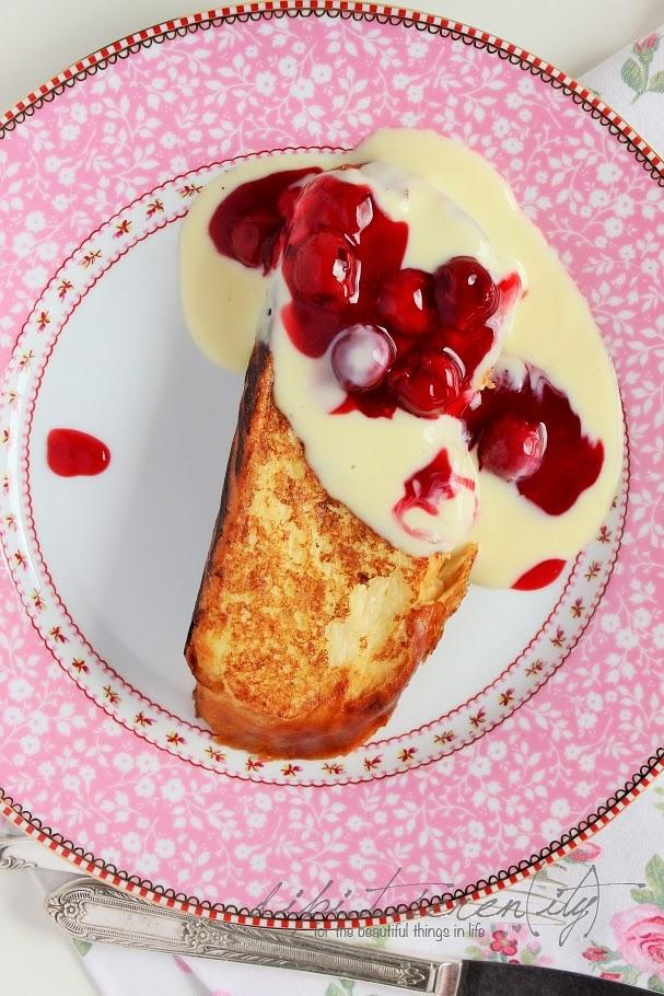 French Toast mit Vanillesoße und Kirsch-Grütze