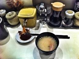 Sopa miso hecha con las cabezas de las gambas