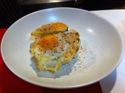 Sandwich club al vapor con ricota y huevo de codorniz