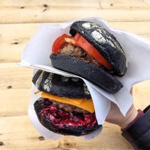 Два черных бургера Burger Heroes.