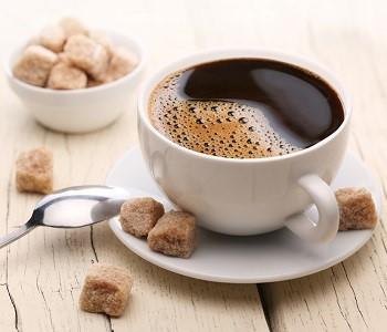 Чашка кофе с сахаром от фудтрака Мороженное и кофе.