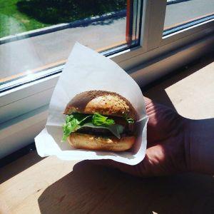 Бургер в руке от фудтрака Хлеб&Мясо.
