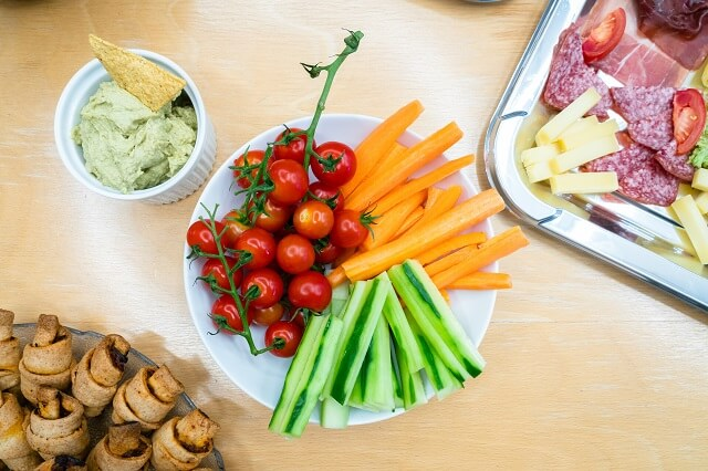 Bunte Gemüse Sticks mit Kräuter Dip