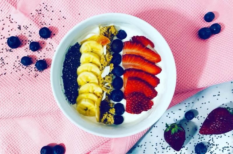 Joghurt Bowl mit Früchten & Chia Samen